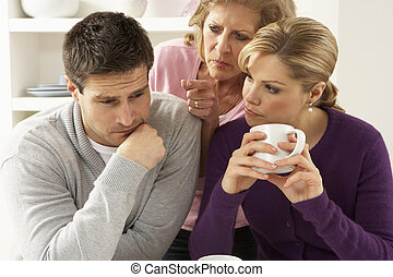 La madre mayor interfiriendo con una pareja discutiendo en casa