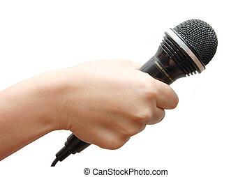 La mano de la mujer sosteniendo un micrófono en el fondo blanco