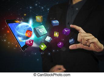 La mano de negocios toca la tabla con iconos de las redes sociales y el concepto de comunicación.