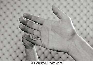 La mano del bebé recién nacido