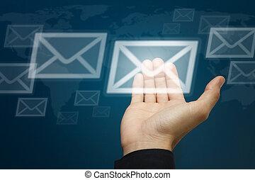 La mano lleva el icono de la carta, concepto de correo electrónico