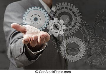 La mano muestra ruedas de engranaje