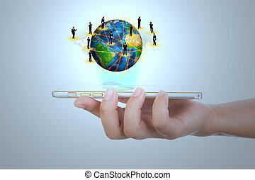 La mano sosteniendo la tecnología moderna de comunicación móvil muestra T