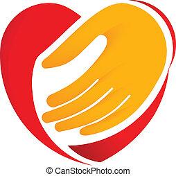 La mano sujeta el corazón