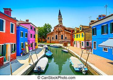 La marca de Venecia, el canal de la isla de Burano, casas coloridas, iglesia y barcos, Italia