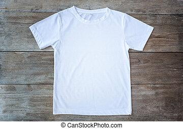 La mejor vista de la camiseta de color en la plancha de madera gris