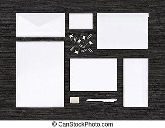 La mejor vista de la marca de identificación y plantilla en la mesa negra