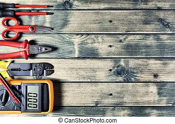 La mejor vista de las herramientas de trabajo para la instalación eléctrica de fondo rústico de madera