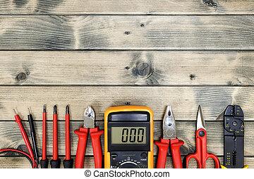 La mejor vista de las herramientas de trabajo para la instalación eléctrica residencial de antecedentes antiguos de madera.