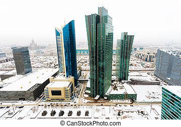 La mejor vista del edificio de oficinas en el centro de Astana, Kazakhstan.