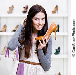 La mitad del largo retrato de una mujer con zapatos de tacón alto