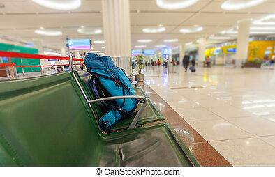 La mochila en la sala de espera del aeropuerto