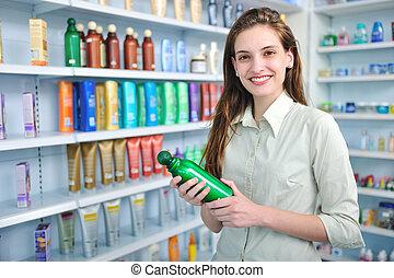 La mujer de la farmacia compra champú