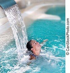 La mujer de la hidroterapia de Spa