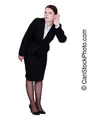 La mujer de negocios estrujándose la oreja