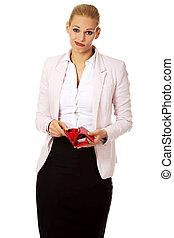 La mujer de negocios preocupada muestra su cartera vacía