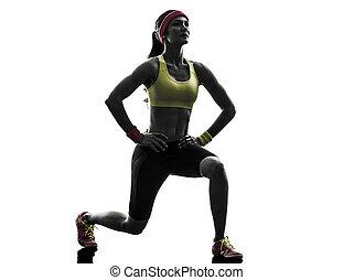 La mujer ejercitando el ejercicio del ejercicio de los pulmones, agazapada de silueta