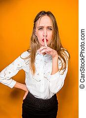 La mujer joven y frustrada y hermosa mujer de negocios con antecedentes naranja