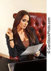 La mujer lee documentos en la oficina