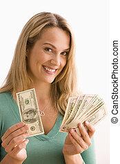 La mujer muestra su dinero