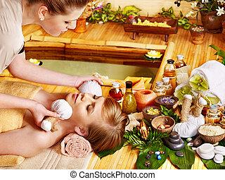 La mujer recibe masaje facial.