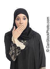 La mujer saudí árabe se cubre la boca con la mano