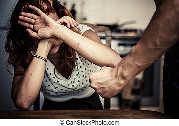La mujer se cubre con miedo a la violencia doméstica