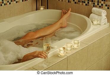 La mujer se relaja en el baño