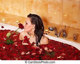 La mujer se relaja en el baño.