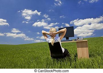 La mujer se relaja en una oficina verde