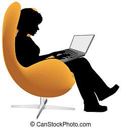 La mujer se sienta a trabajar en la computadora portátil