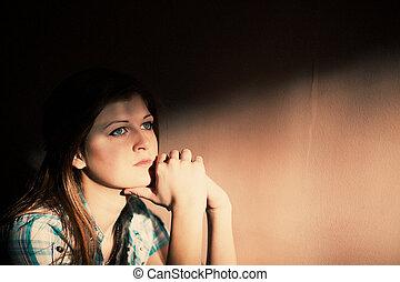 La mujer sufre de una depresión severa