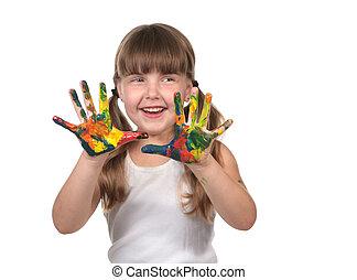 La niña de cuidados diarios pintando con sus manos