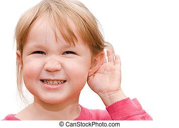 La niña oye que está aislada en un fondo blanco
