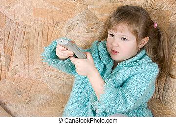 La niña presiona el panel de televisión
