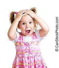 La niña se sorprendió con las manos en la cabeza, aislada de fondo blanco