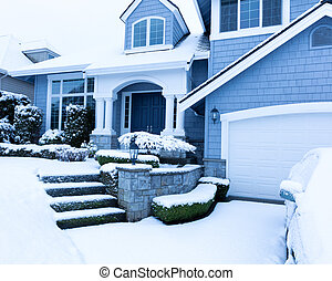 La nieve cubrió la acera frente a casa durante la nevada invernal
