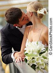 La novia y el novio besándose en el amor