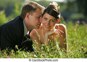 La novia y el novio enamorados