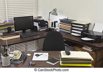 La oficina de la esquina desordenada