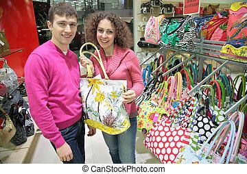 La pareja compra maletas en la tienda