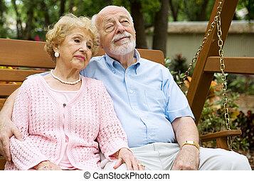 La pareja de ancianos se relaja