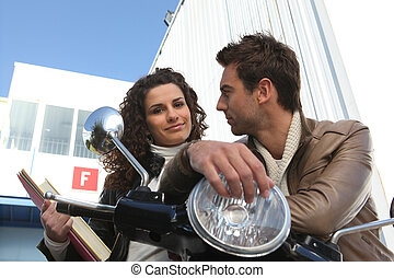 La pareja estaba afuera con scooter