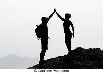 La pareja feliz celebra alcanzar la meta vital y el concepto de éxito