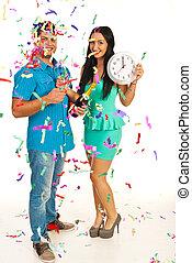 La pareja feliz celebra el año nuevo