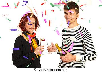 La pareja feliz celebra la fiesta del año nuevo