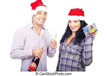 La pareja feliz celebra la Navidad