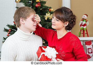 La pareja feliz celebra Navidad o año nuevo