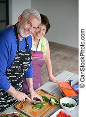 La pareja mayor cocinando