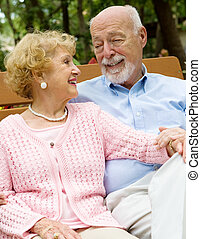 La pareja mayor está profundamente enamorada